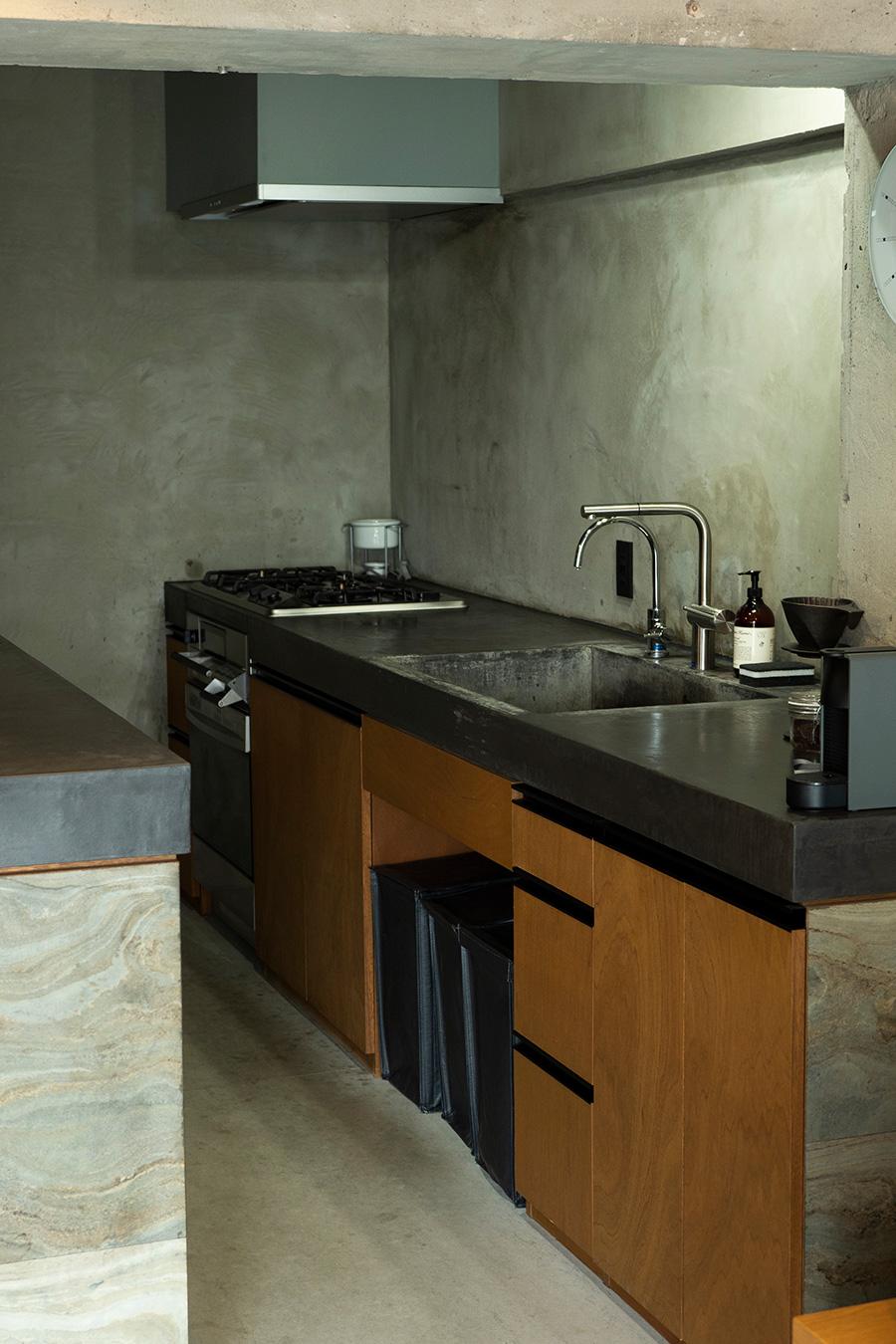 キッチンの天板はモールテックス。様々な素材が融合する。