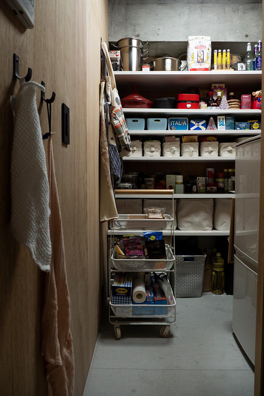 妻の希望で設置したパントリー。収納にもこだわりが感じられる。