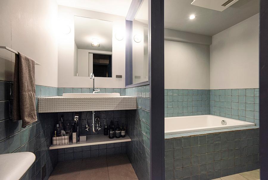 バスルームには色を加えた。バスグッズは入浴の度、カゴに入れて持ち運びするそう。