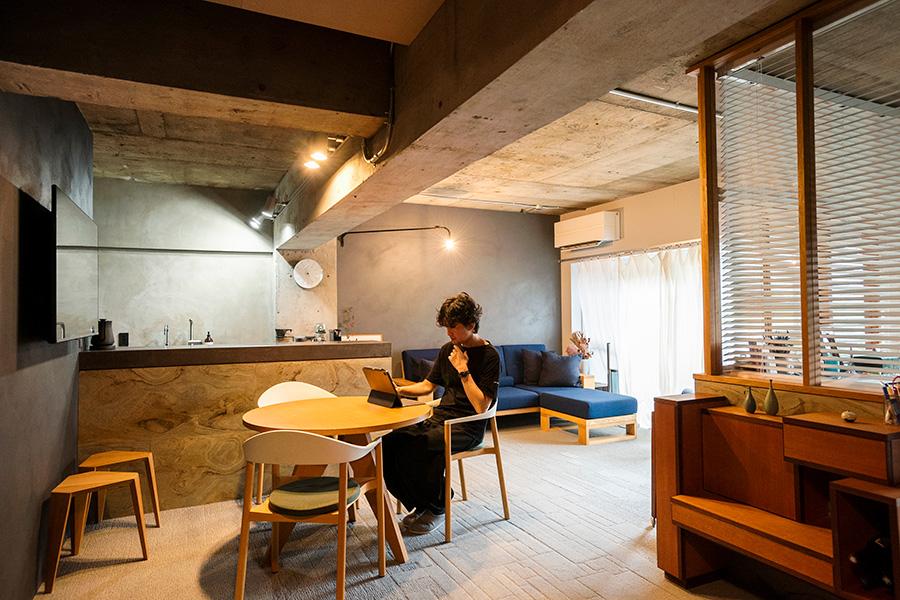 床には無地、無地+柄、柄のみの3種類ある横長のタイルカーペットを、柄の現れ方を考えてパズルのように組み合わせた。蘆田さんが自ら施工。