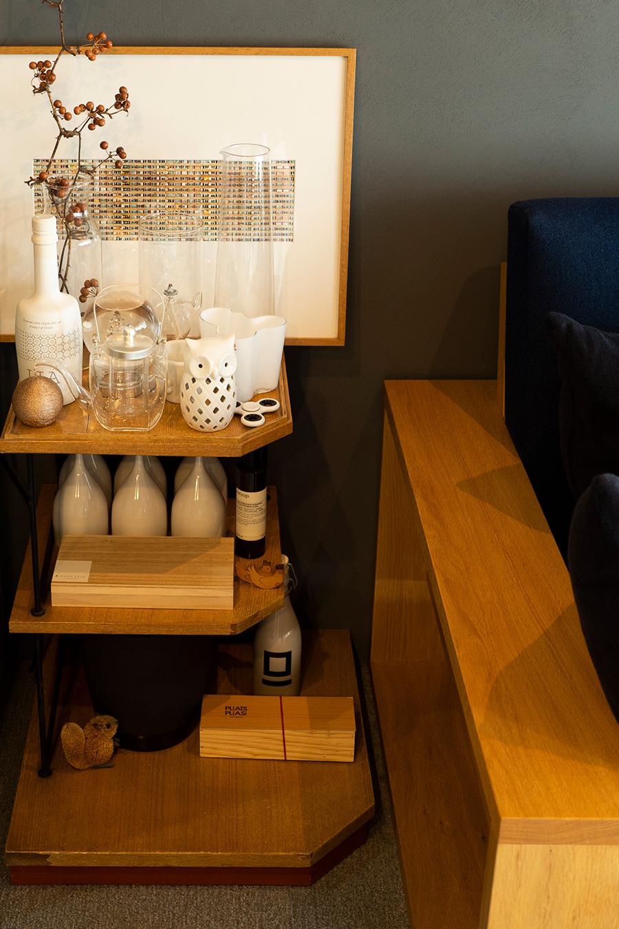 昭和を代表する名建築家・村野藤吾デザインの古い家具を。