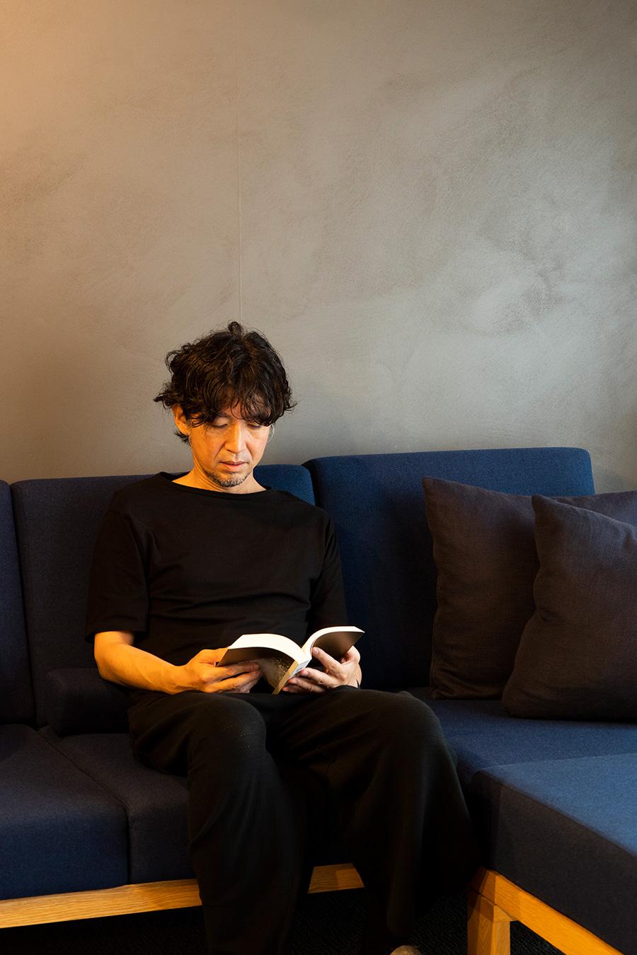 蘆田暢人建築設計事務所代表・蘆田暢人さん。都市計画から住宅設計、家具のプロダクトまで様々なプロジェクトに携わる。