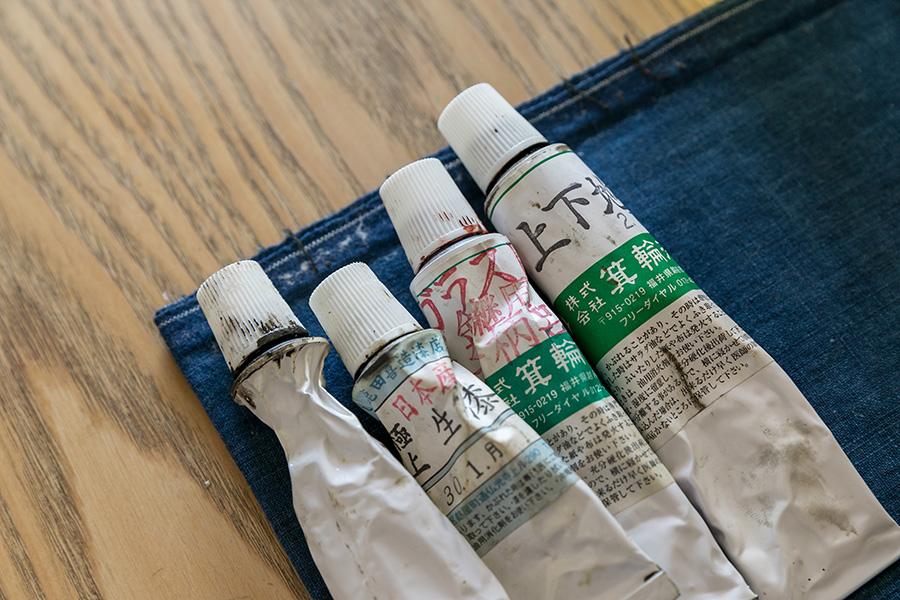 漆は3種類を使用。生漆(きうるし)は強力粉や砥の粉と混ぜて接着に使い、黒漆で素地を整える。赤茶色の絵漆(えうるし)は金の塗装を施す際に使用する。写真の左から2本目は日本産生漆。