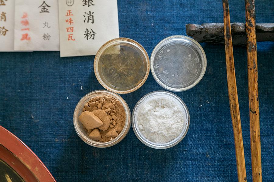 右の強力粉は、生漆と混ぜ合わせ、接着剤として使うためのもの。左の砥の粉は、漆と混ぜ合わせ、欠けを埋めるパテとして使う。