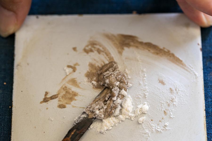 (2)ヘラで生漆と混ぜ合わせる。