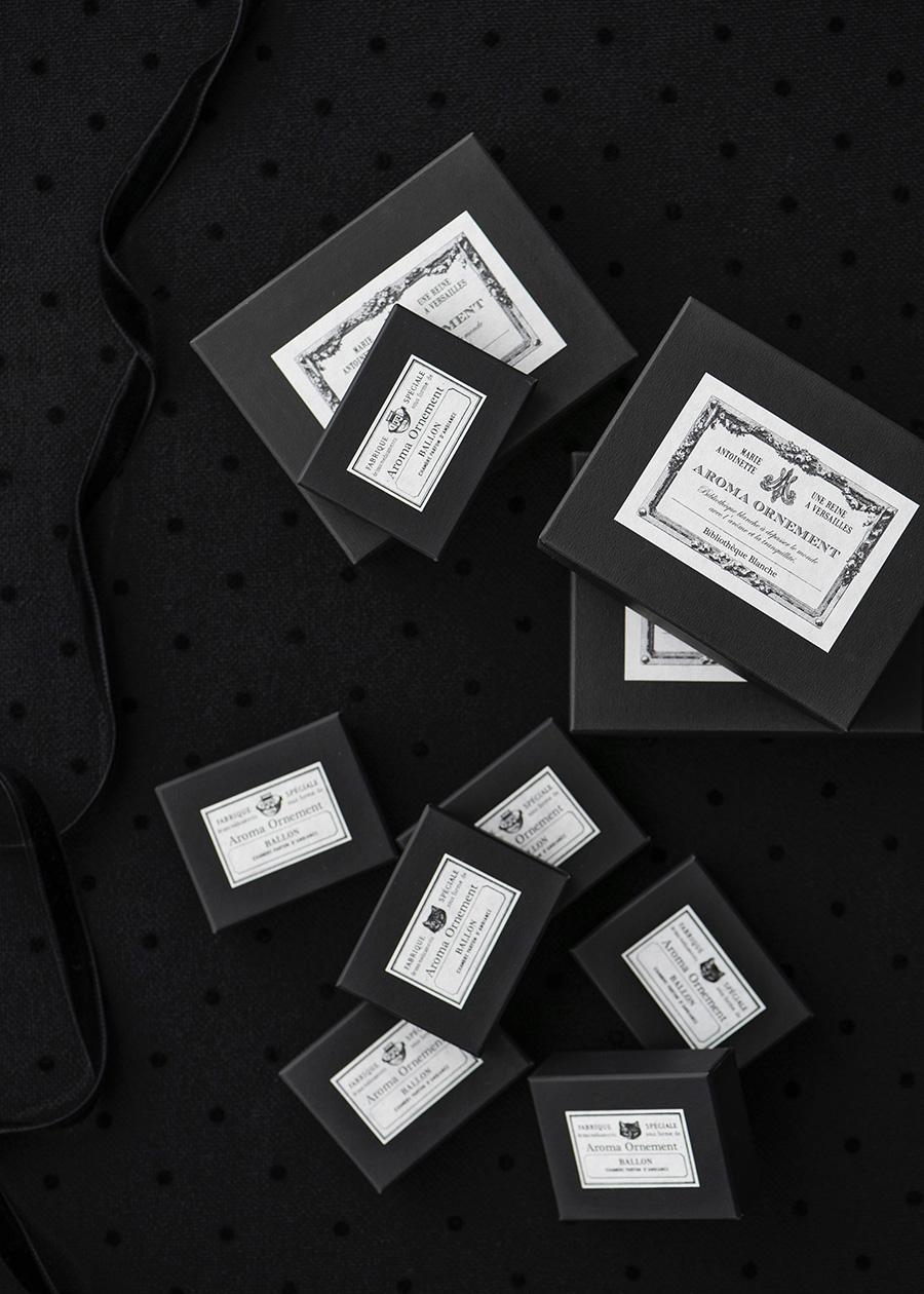 アロマオーナメントは美しいボックスに収められている。また、すべてのアイテムにエッセンシャルオイルが付属。