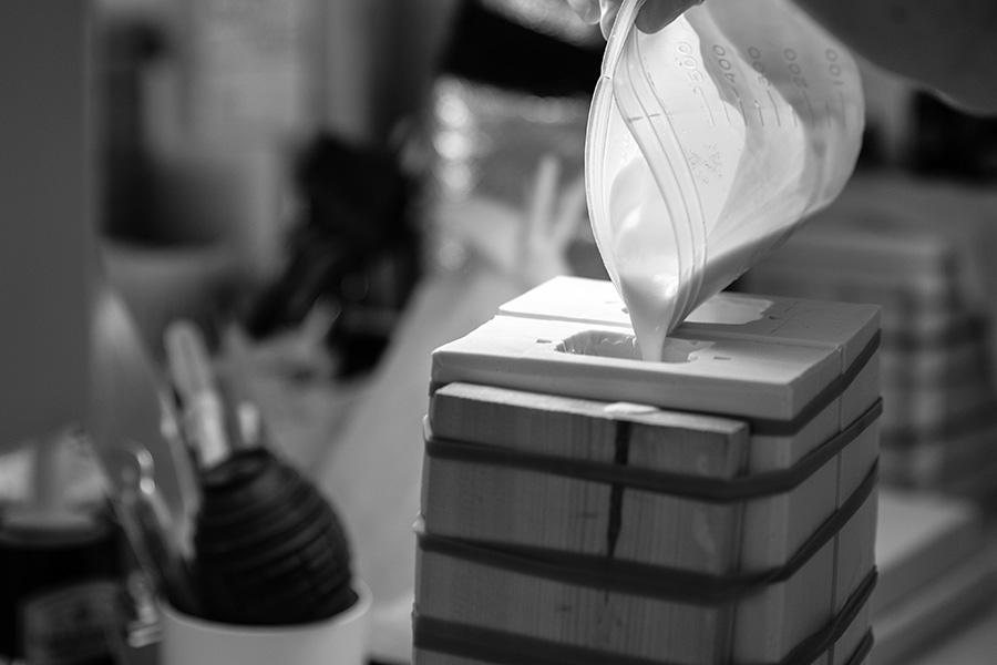 手作業で石膏を流し込む。