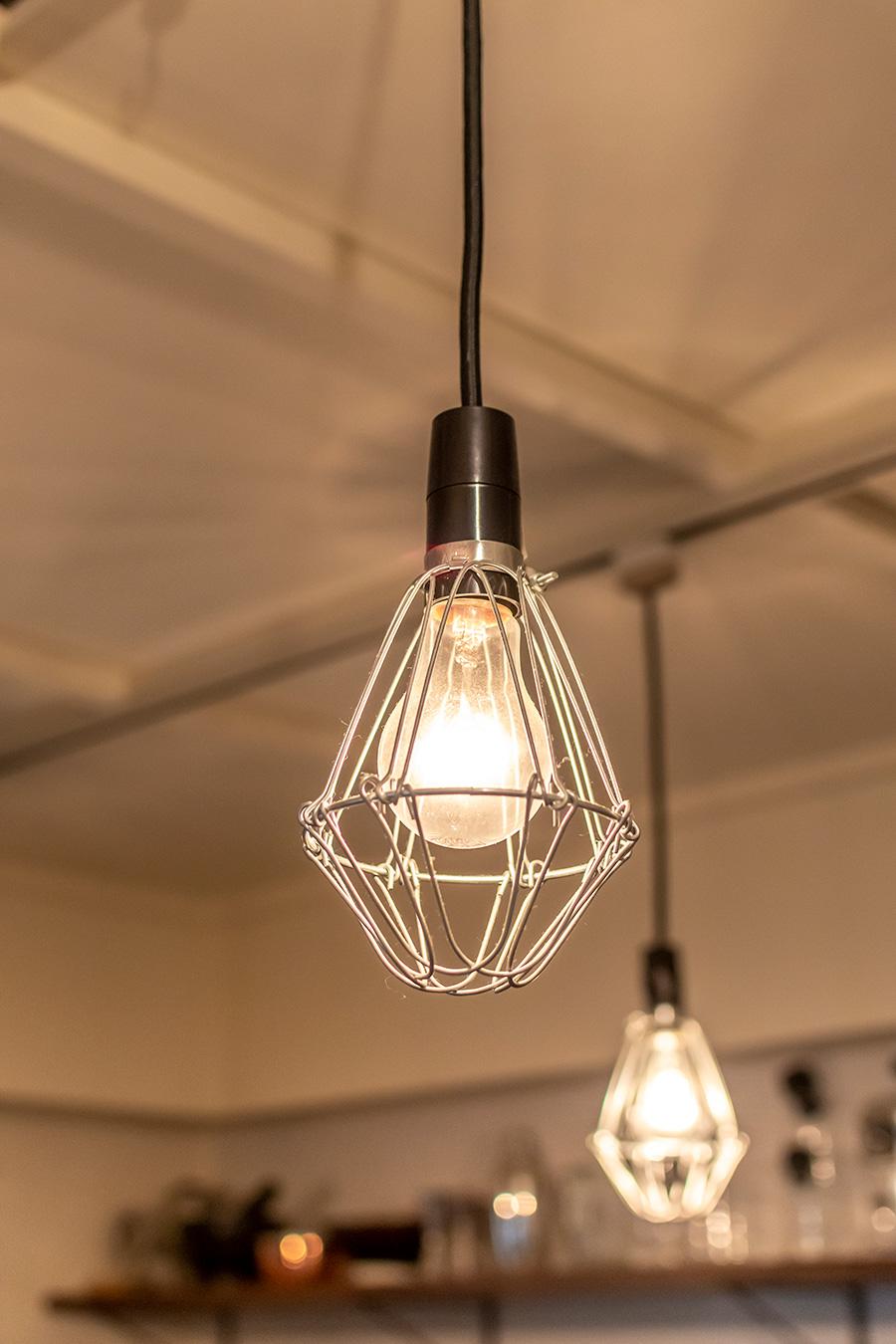 メタルの電球ガードは「東急ハンズ」で購入。