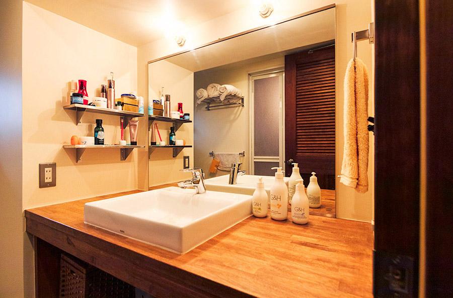 木材の天板を使った洗面台は奈月さんのこだわり。(写真提供「nuリノベーション」)