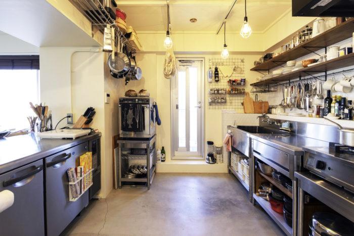 作業台に冷蔵庫が付属されたコールドテーブル(左)。(写真提供「nuリノベーション」)