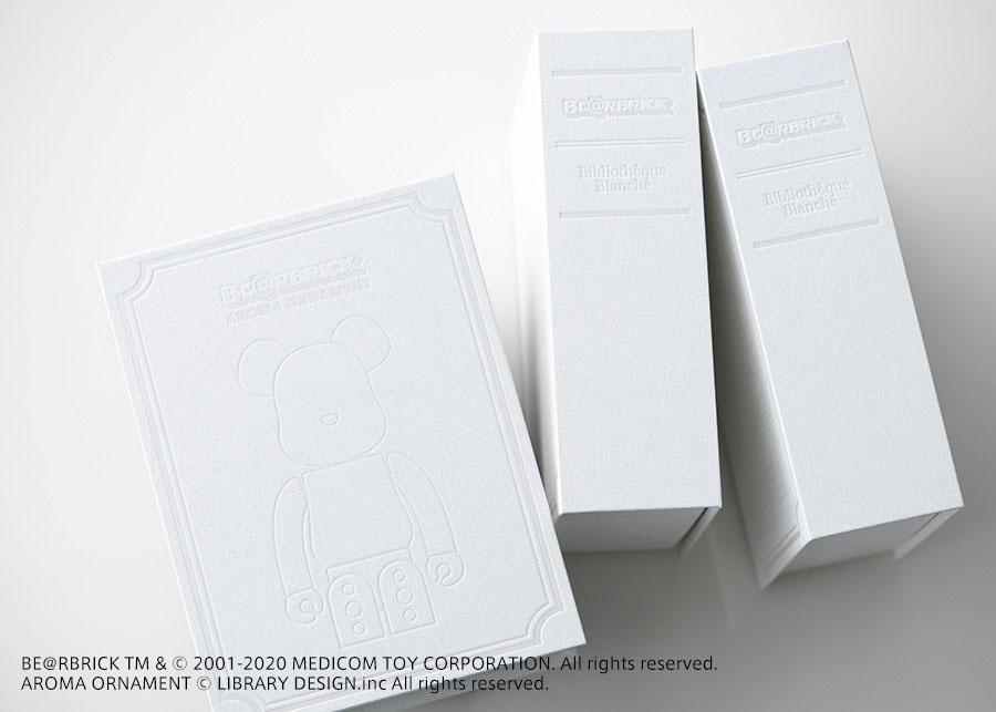 ベアブリックが施されたブック型のボッ クス。純白の世界観がパッケージにまで 反映された美しいデザイン。