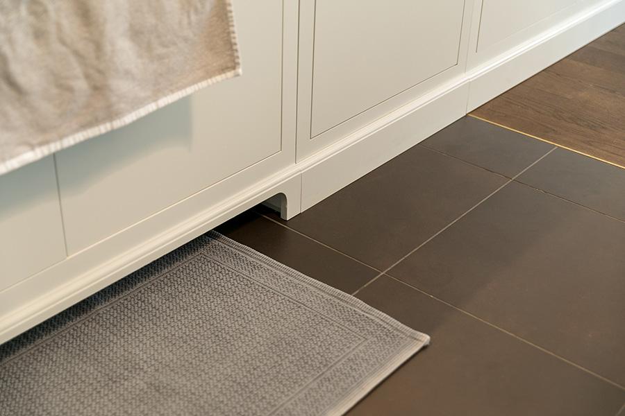 シンクの下につま先を入れられる部分を作ると、前かがみになりすぎずに洗い物ができる。