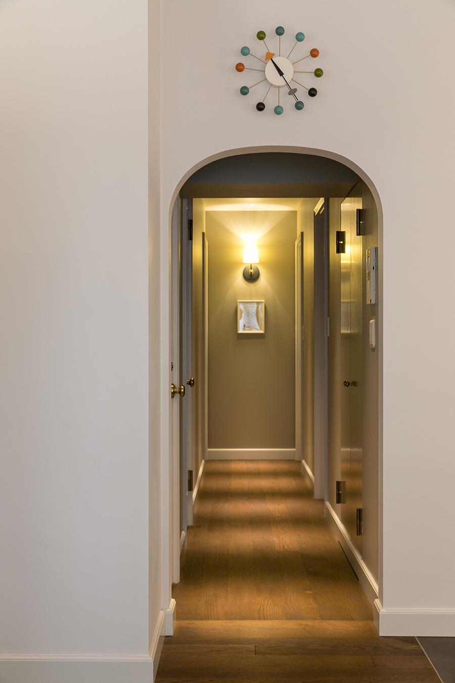 ホテルライクなアーチ型の廊下。「このアーチも映画の中のモチーフのひとつです」。ダウンライトの光が物語を感じさせる。