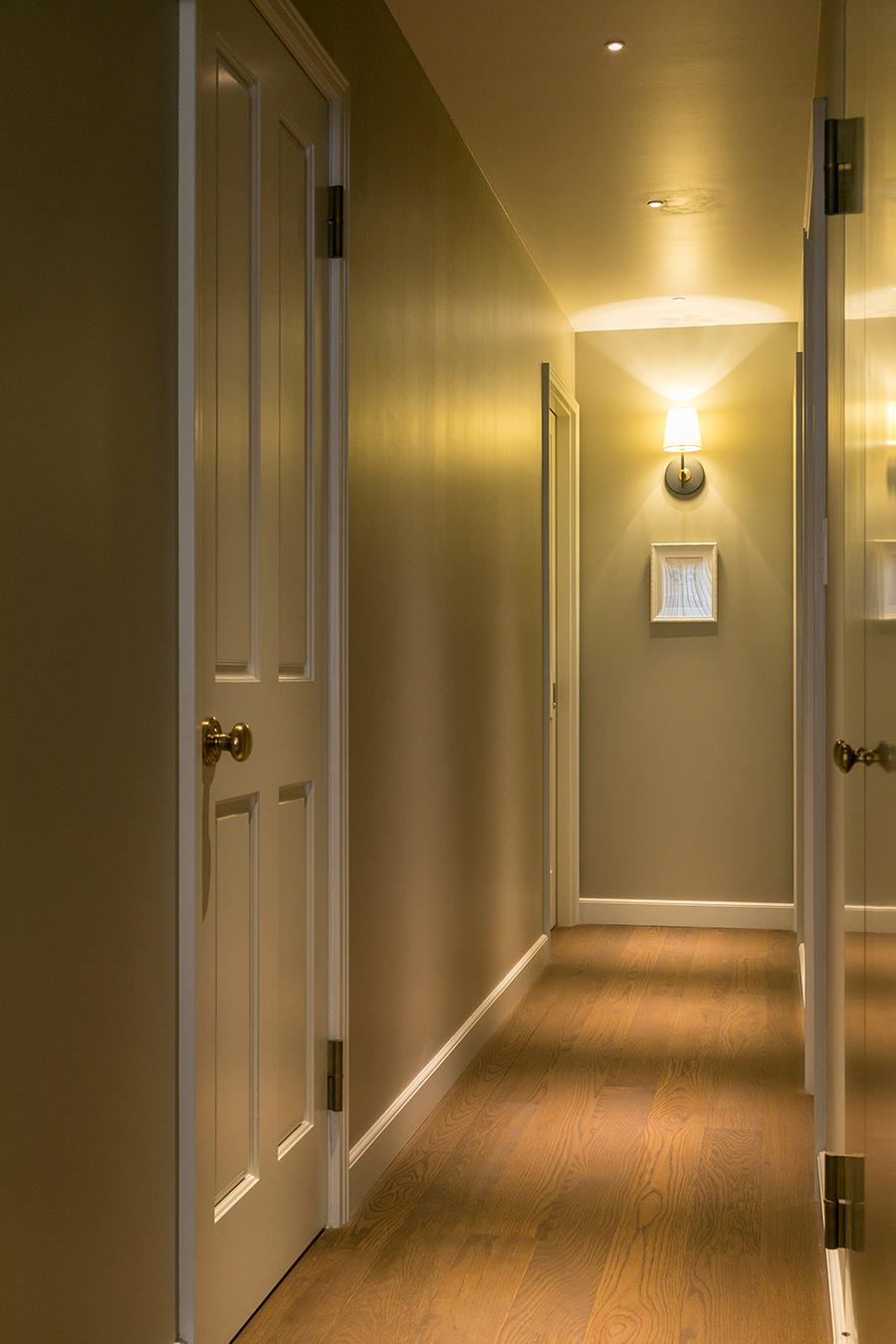 プライベート空間へと続く廊下。ドアのデザインや、巾木の仕様にもこだわった。