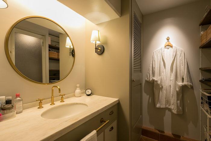 水栓金具はゴールドをチョイス。丸い鏡はWEST ELMで。