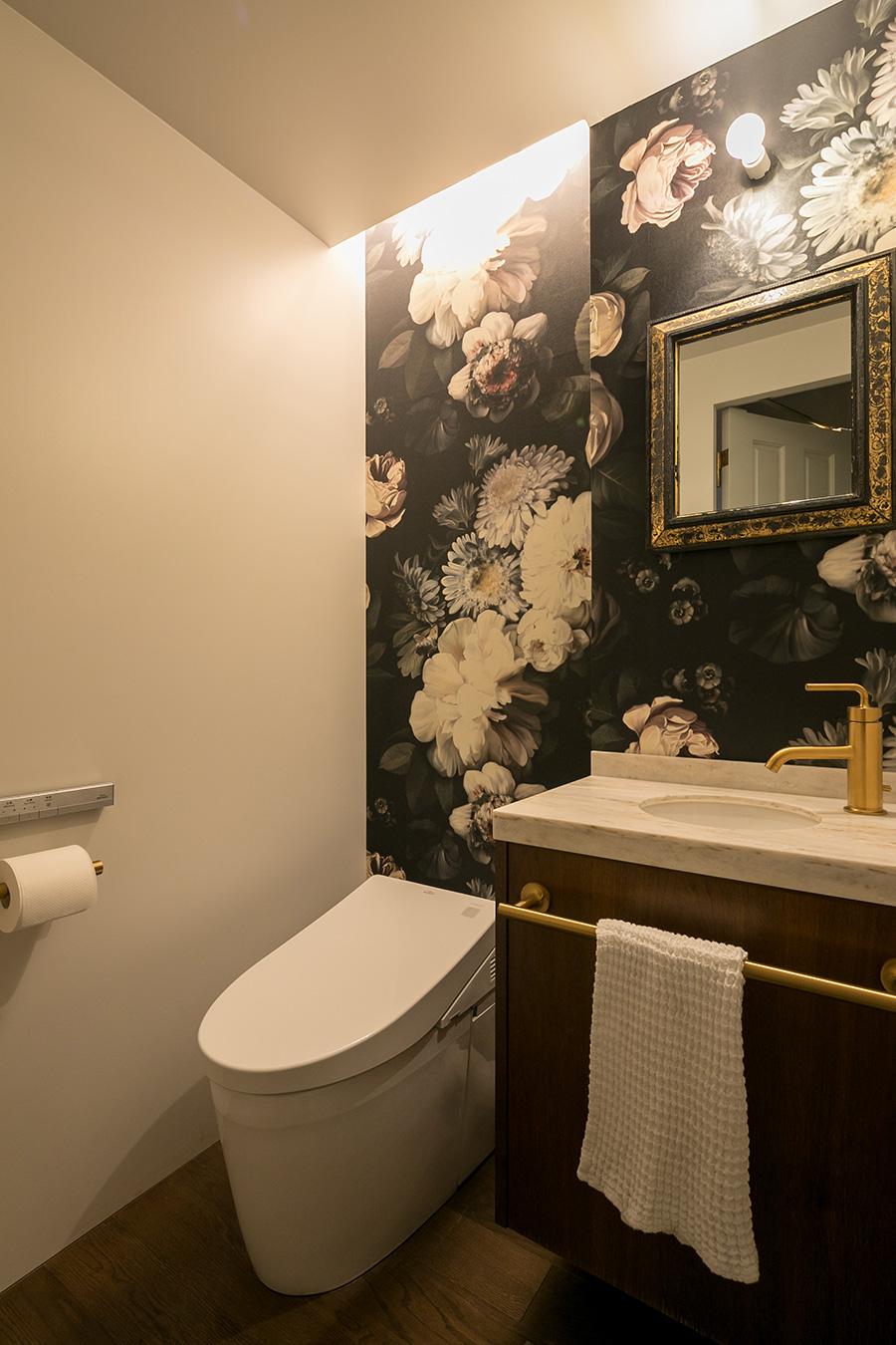 トイレは大胆な花柄の輸入壁紙を。「空間すべて花柄の予定だったのですが、落ち着かない気がしたので僕が白い壁も残してくださいとリクエストしました(笑)」。リノベーションコーディネートは『EcoDeco』