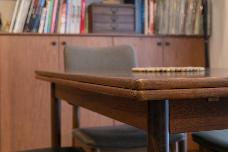 デンマーク製のダイニングテーブルは、1960年代のヴィンテージ。「下の子が赤ちゃんだった頃に、目黒の家具屋さんで買いました。エクステンション式で便利なのと、天板の縁が面取りされているところが気に入っています」。