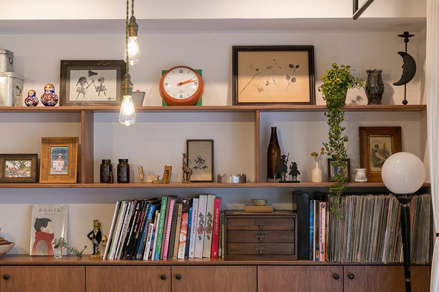 家族が集まるダイニングルームの壁は、珪藻土に。造作家具の上部に棚を設け、子どもの作品や好きな雑貨をディスプレイしている。「この壁だけを見せる収納にして、他は扉をつけてもらいました」。