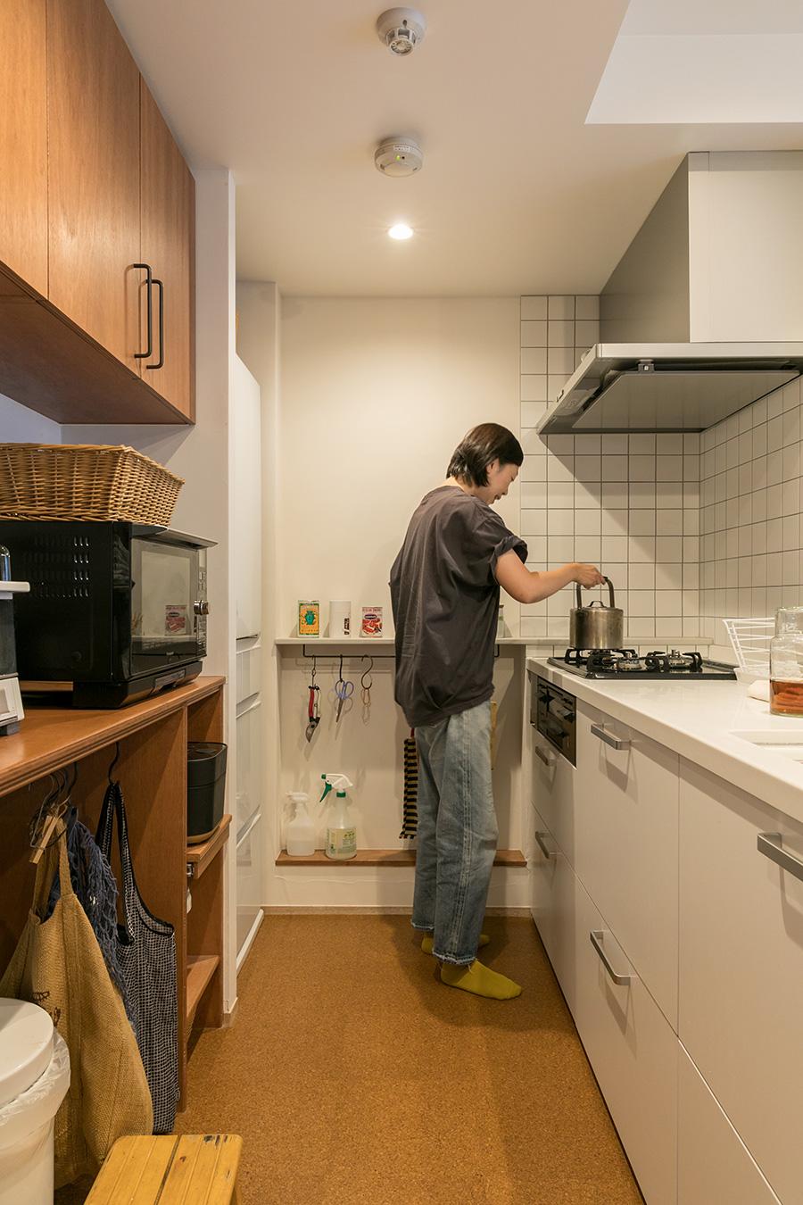 リノベーションにより、奥の壁付けだったキッチンを対面型に変更。床には水に強いコルクタイルを敷いた。