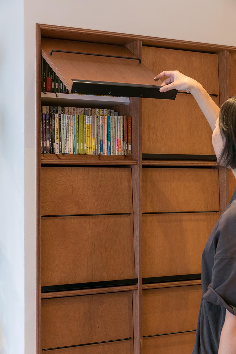 大量の本を収納するためにオーダーした本棚。「背表紙が並ぶとガチャガチャした印象になるので、扉つきにしてもらいました」。