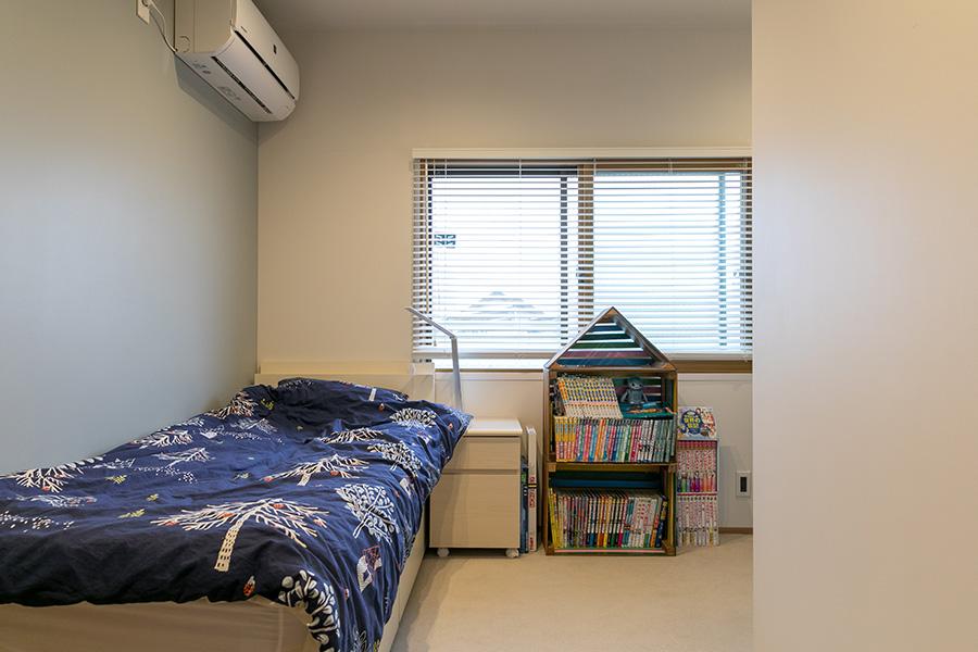 長女の部屋。右側にデスクスペースがある。