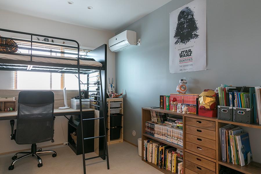 長男の部屋。デスク付きロフトベッドで空間を有効活用。