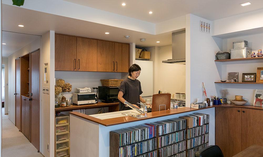 造り付け家具で空間に統一感を  空間を多層的に使って 4人家族の居場所を確保
