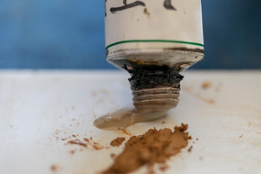 (3)練った砥粉に生漆を加える。
