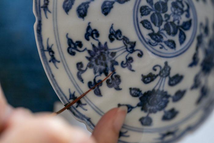 (3)継いだ部分に(この皿の場合はヒビの補修)、赤漆を塗る。