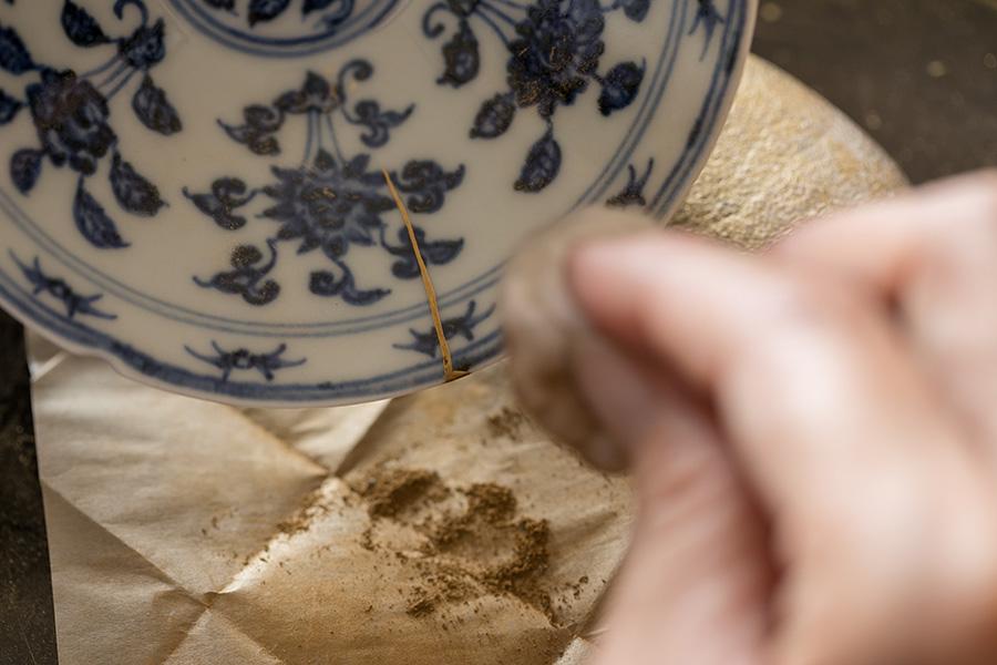 (3)真綿をクルクルと滑らせ、金をまんべんなく馴染ませていく。