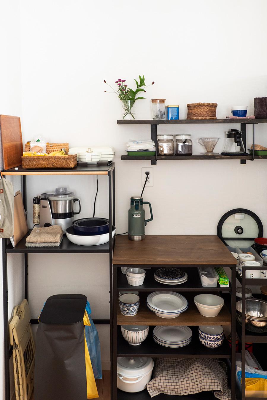 キッチン台の背面に置いているオープンシェルフ。LOWYAで購入。壁には手の届きやすい位置に棚板を取り付けた。中央のシェルフの上は作業しやすいように、いつも空けている。