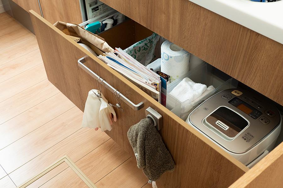 シンク下にはキッチンまわりの消耗品と、なんとゴミを。細かい決まりのあるゴミの分別に対応している。