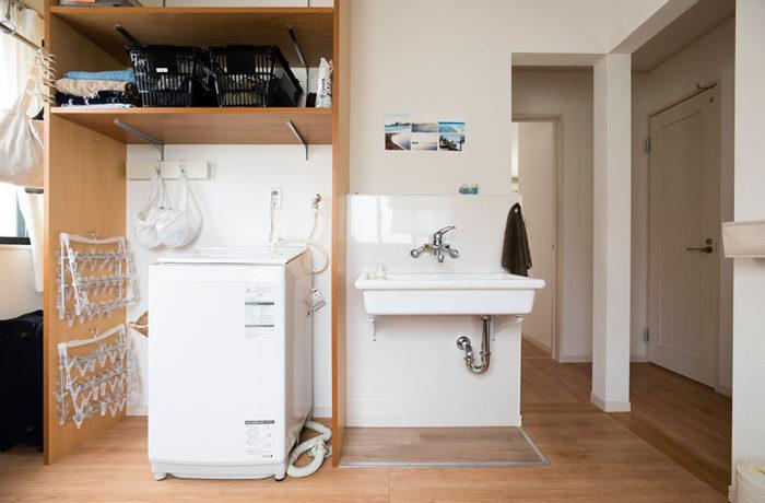 洗面と洗濯機を移動させたスペース。引き戸を外した上に、壁の一部も抜いて、ベランダへの動線を確保した。