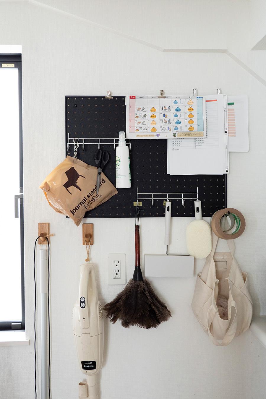 脱衣所だったところに設けた掃除道具コーナー。有孔ボードにフックを活用し、吊るして収納している。こうしておけば床の掃除がしやすい。