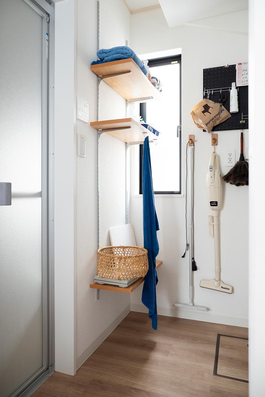 バスルームの脇にはタオルや脱衣カゴを置く棚を設置。タオル掛けも取り付けた。
