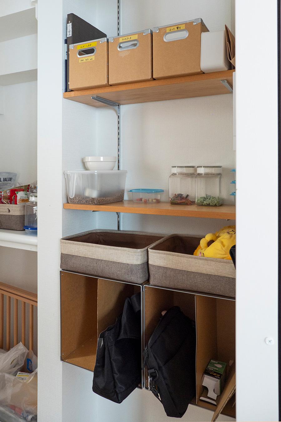 犬グッズコーナー。ドッグフードの盛り付けなどがしやすいよう、棚板の間隔を設定。下の段は無印良品のボックスを利用してカバン置き場に。