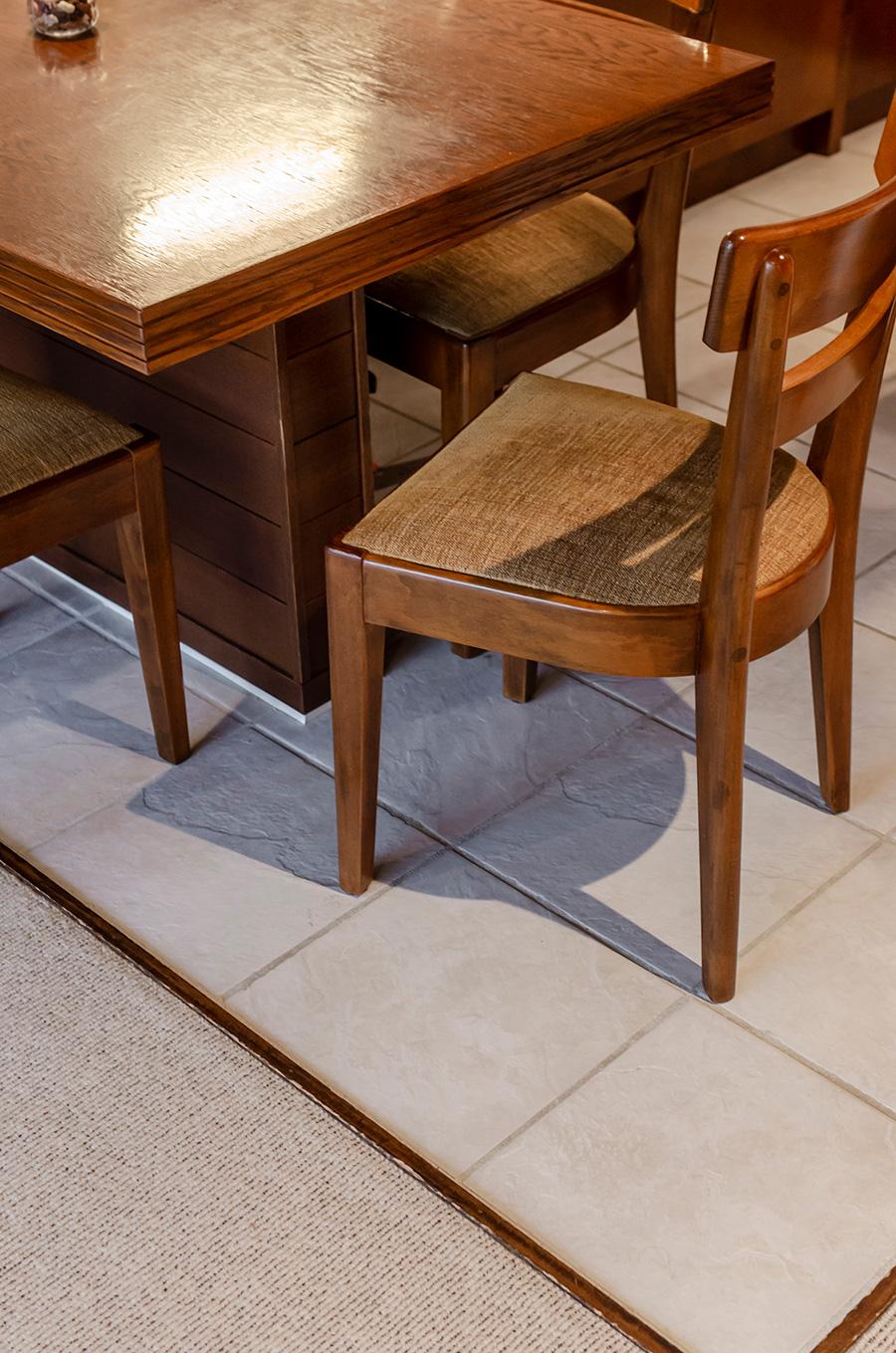 床は磁器質タイルとウールのカーペットを切り返して。