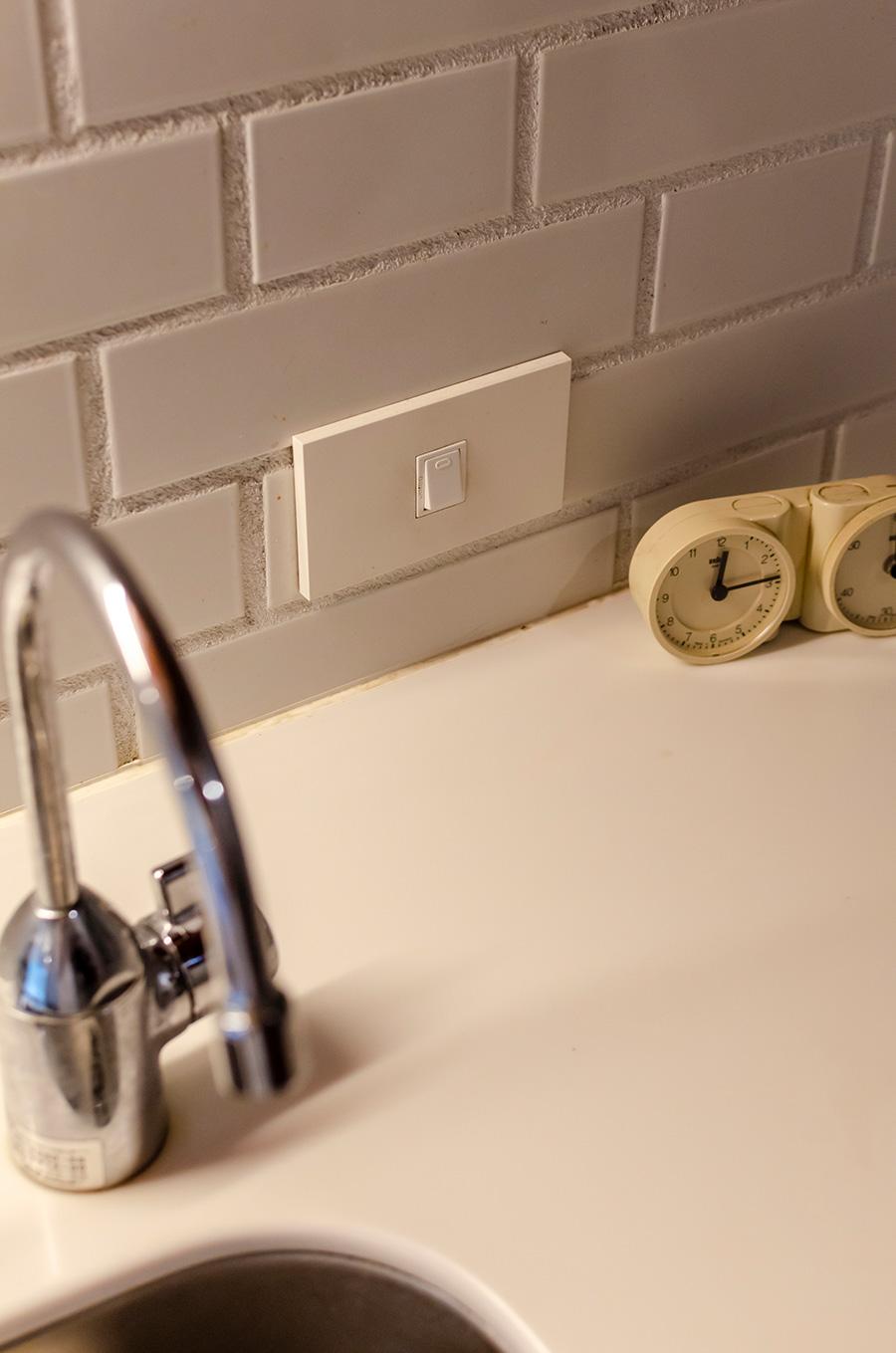 標準的なデザインのコンセントやスイッチは横向きに配して。