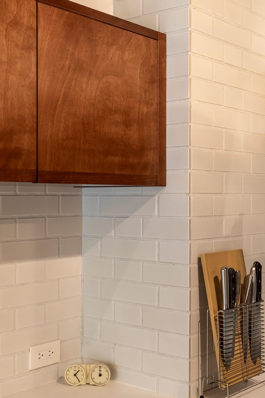 木目を縦と横で使い分けることで、シンプルでも表情のある戸棚に。