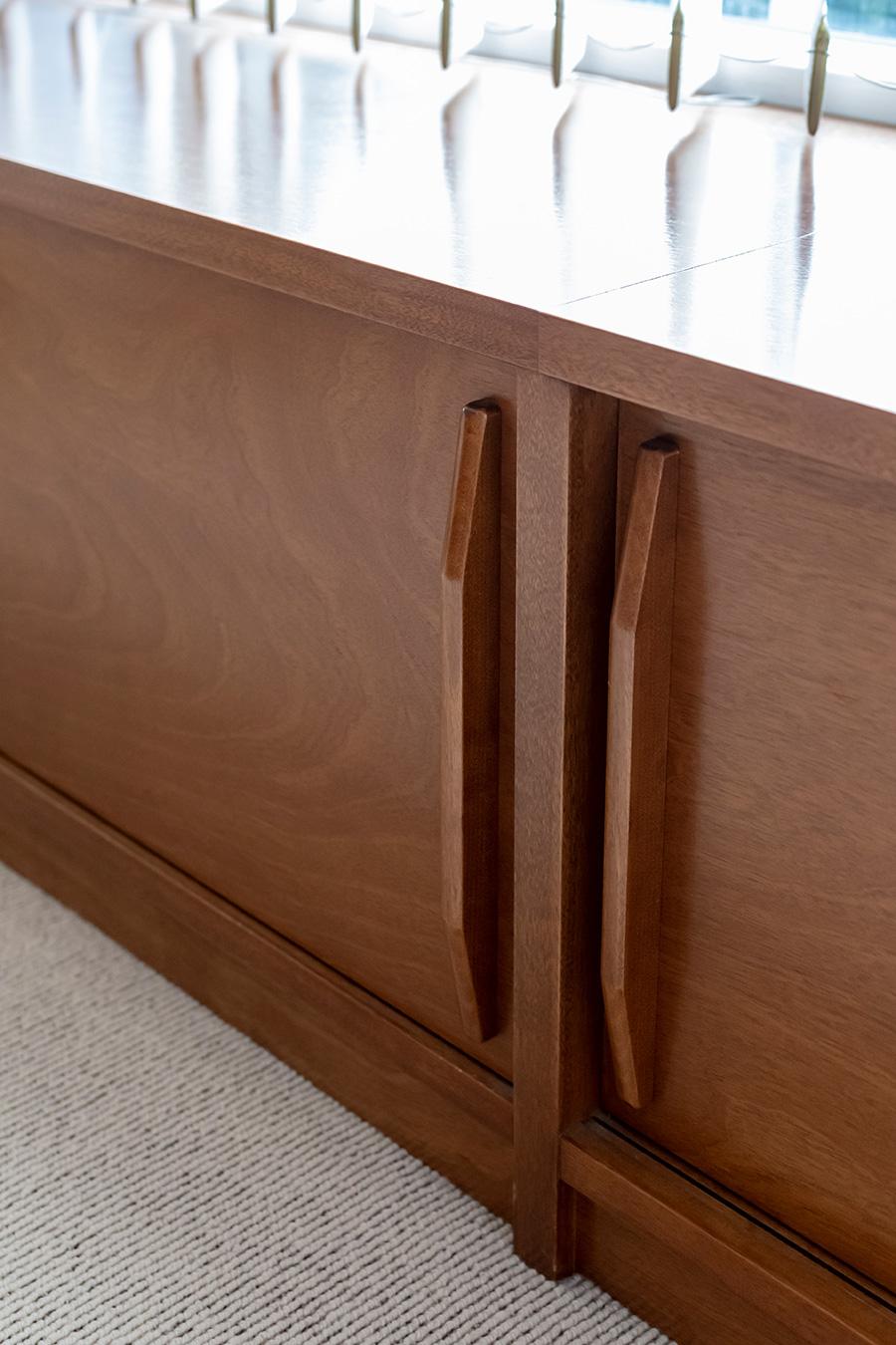 リビングの窓際にはベンチにもなる収納棚を設置。