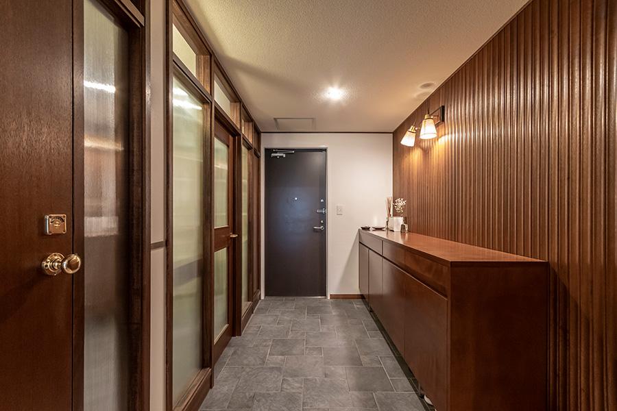 玄関のすぐ横には洗面所、浴室へと続く扉がある。