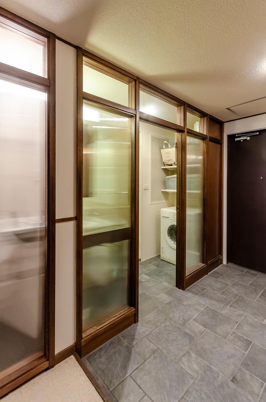 磁気質タイルで繋がる玄関と洗面所の床。