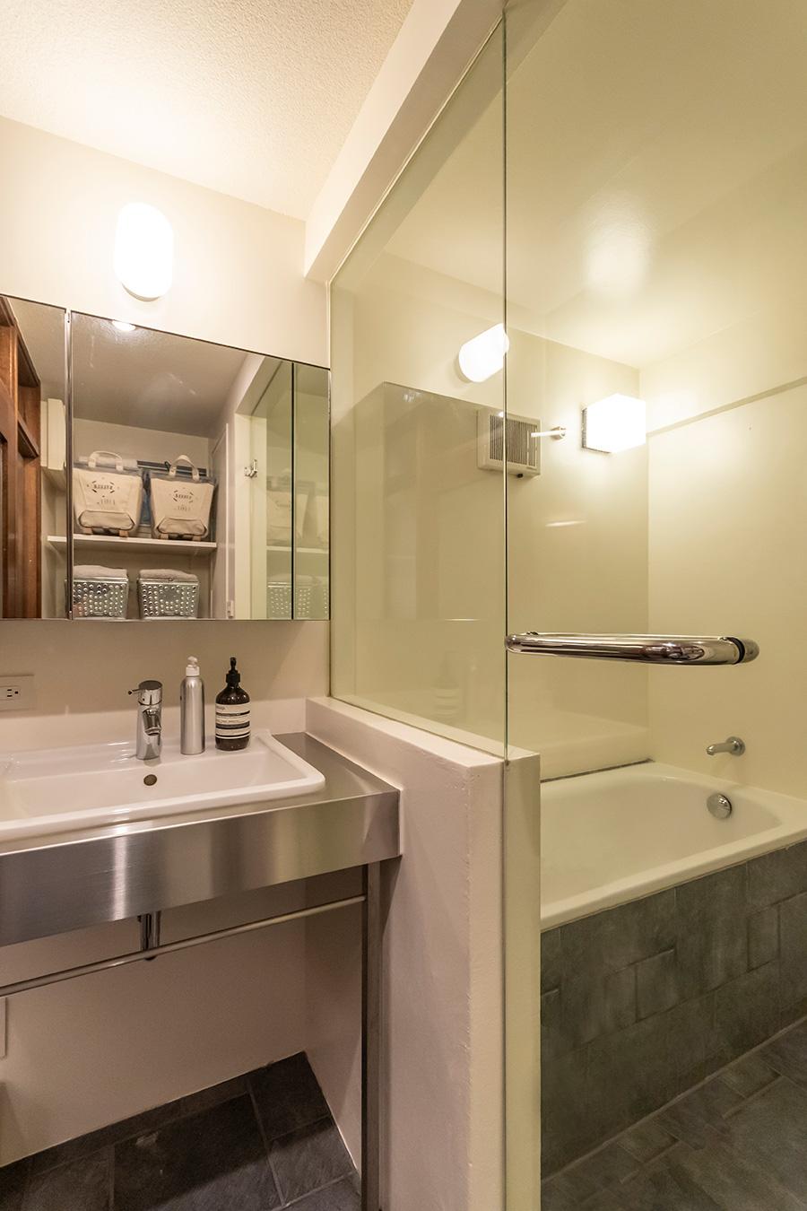 洗面所と浴室はクリアガラスで仕切り圧迫感を軽減。