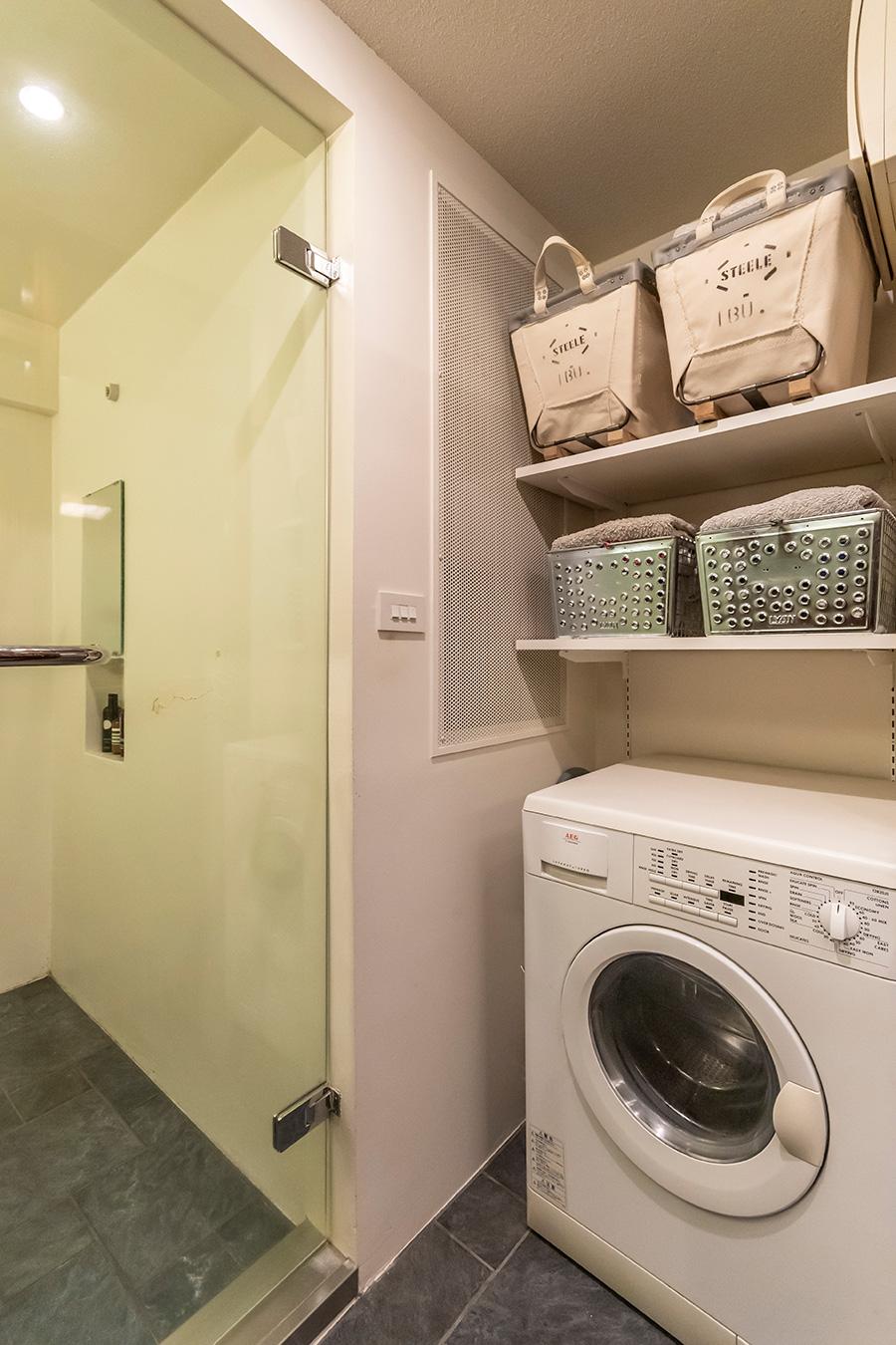 細長い洗面所の空間を効率よく活用した収納。