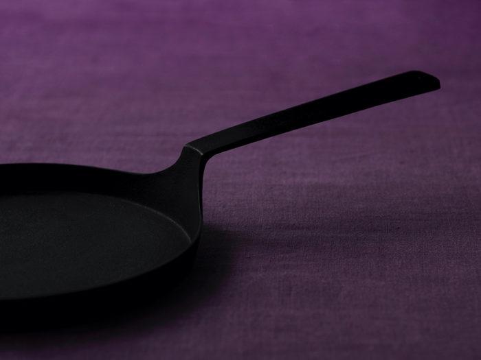 直角に伸びた美しい持ち手は、唯一無二の美しいデザイン。