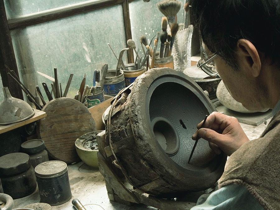 装飾など細かな作業は一つ一つ手作業。また、道具類はすべて各々の手に合うように自作されている。