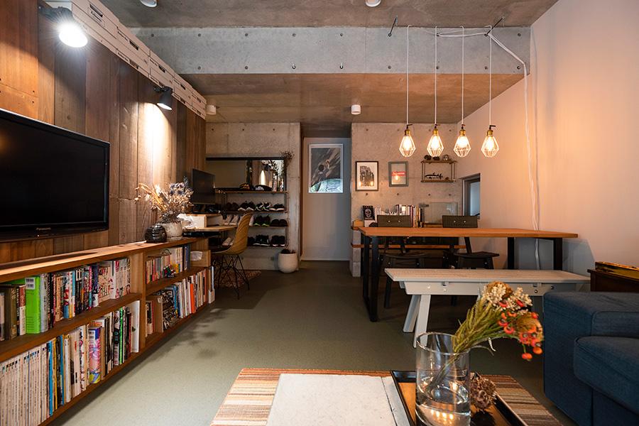 コンクリートの箱のような空間。奥にはキッチンと洗面、バスルームがある。