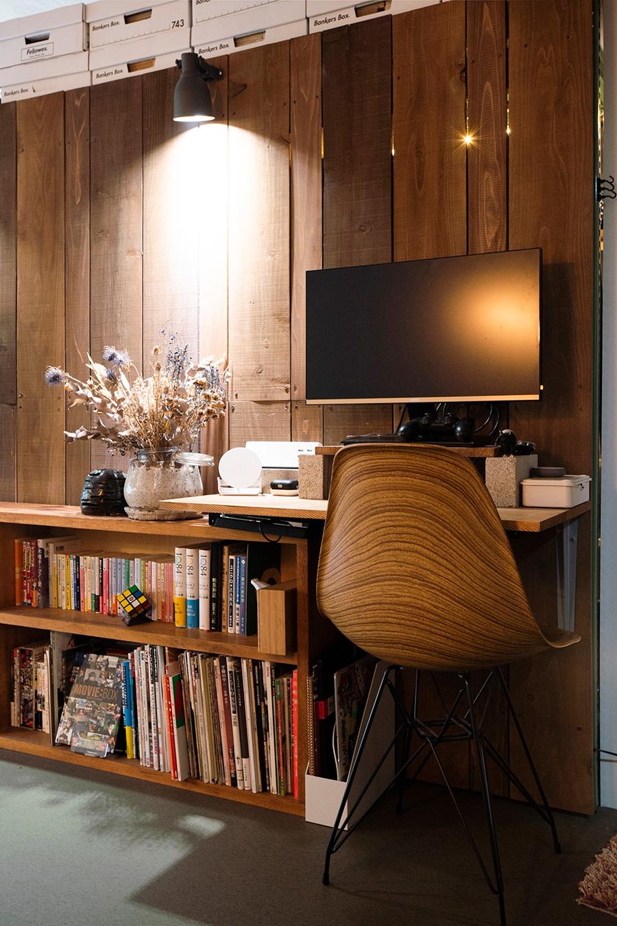 新たに設けたテレワークコーナー。ヤフオクで購入したヴィンテージの本棚にはオイル塗装を施した。