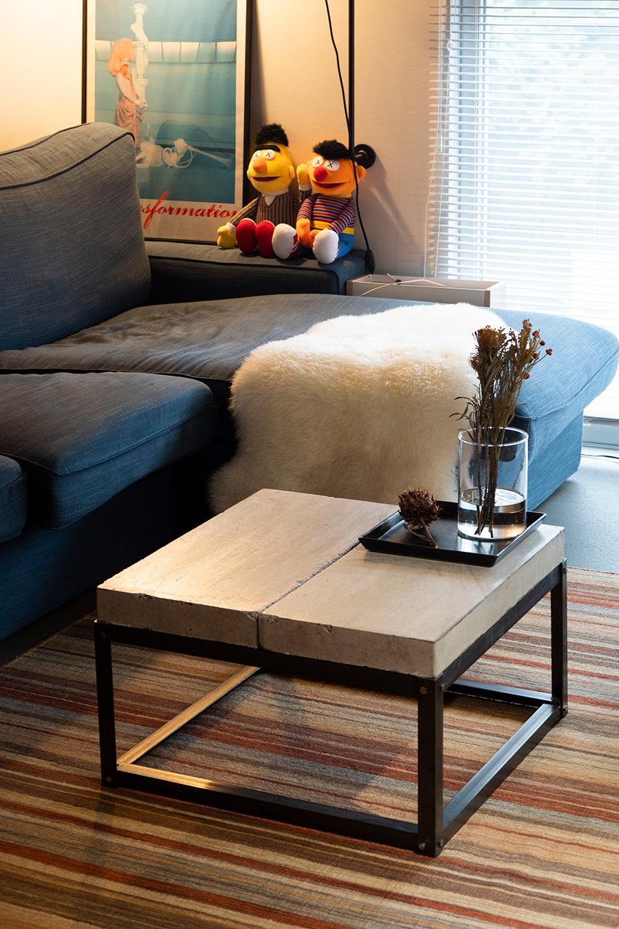 コンクリートの平板に鉄の脚を組み合わせてつくったソファーテーブル。しっかりとした頑丈な造り。