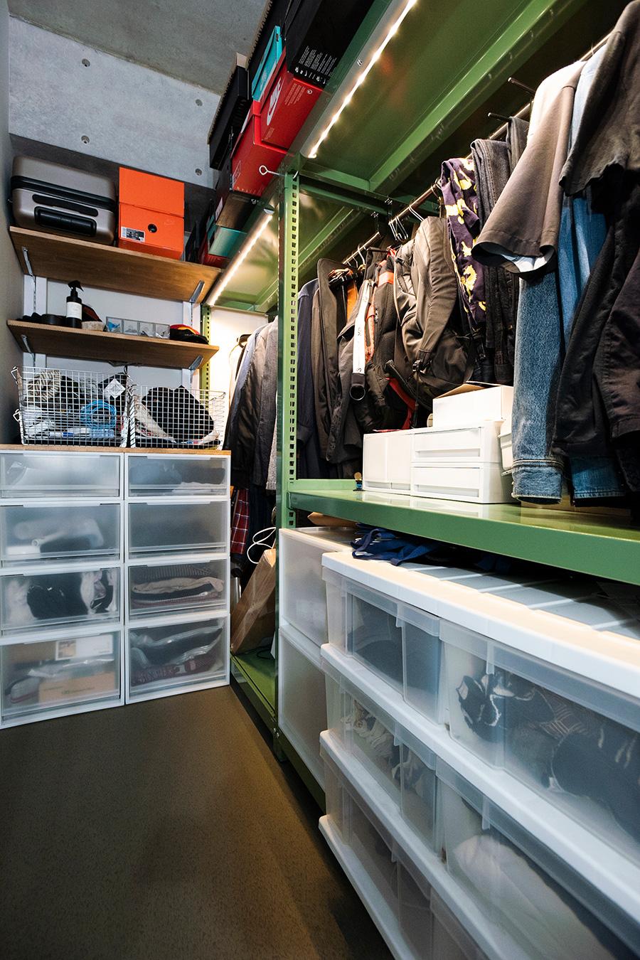 たくさん持っている衣類を収めるクローゼット。ライトバーも取り付けた。